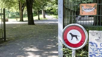 Das Hundeverbot ist am Park-Eingang klar ausgeschildert.