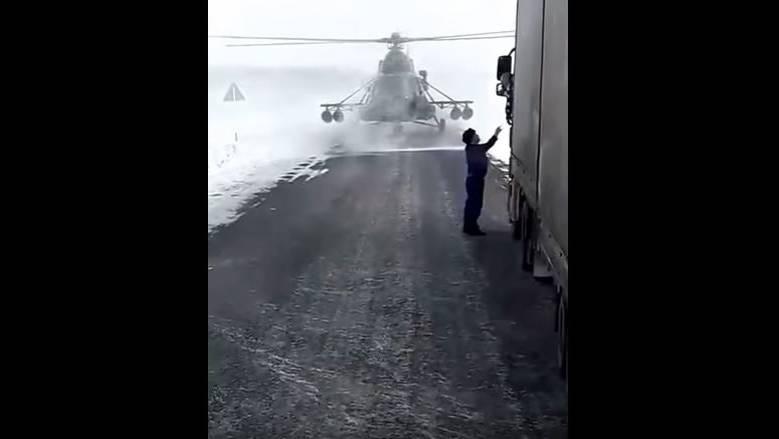 Die Rotoren lässt der Pilot weiter wirbeln – schliesslich will er ja nur kurz nach dem Weg fragen.