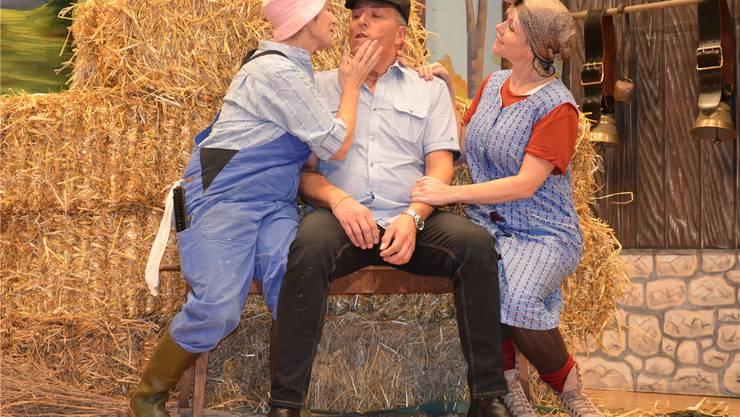 Die Theatergruppe Bözberg übt für die Vorstellung «Älplerläbe». Die Gygax-Schwestern Berti (links) und Trudi umgarnen Leopold. Irene Hung-König