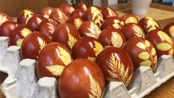 Blättchen, Nylonstrümpfe, Zwiebelsud: So einfach färbt man Ostereier