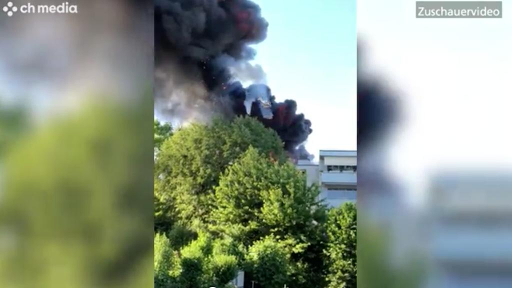 Die Feuerwehr ist dabei den Brand zu lösen.