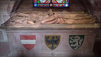 Die Wappen von Österreich, des Reiches und der Steiermark zieren das Grab der Königin Gertrud Anna, der Gemahlin Rudolfs von Habsburgs, im Basler Münster.