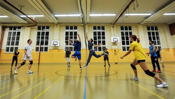 Hohe Hallengebühren sind für einzelne Sportvereine existenzbedrohend. Das hat eine Umfrage des Dachverbands «Sport Basel» ergeben.