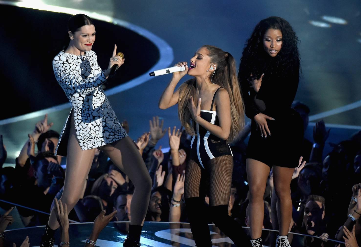 Jessie J, Ariana Grande und Nicki Minaj, die sich ihr Kleid zu hält. (Bild: Getty Images)