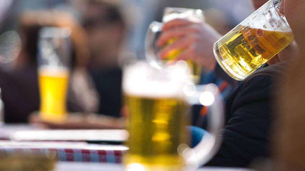 Ein kühles Bier geniessen - dessen Inhaltsstoff Hordenin aktiviert das Belohnungszentrum. (Symbolbild)