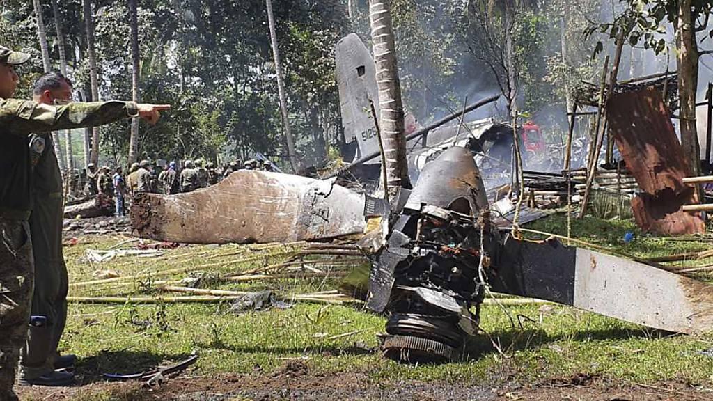 Auf diesem von der Joint Task Force - Sulu veröffentlichten Foto sind Teile einer Lockheed C-130 Hercules an der Absturzstelle in der Stadt Patikul in der Provinz Sulu im Süden der Philippinen zu sehen. Foto: Uncredited/Joint Task Force-Sulu/dpa - ACHTUNG: Nur zur redaktionellen Verwendung und nur mit vollständiger Nennung des vorstehenden Credits
