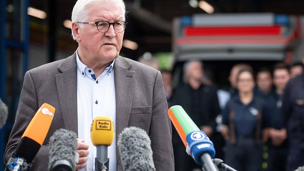 Bundespräsident Frank-Walter Steinmeier (SPD) sprach am Samstag bei einem Besuch in dem besonders stark heimgesuchten Überschwemmungsgebiet Erftstadt von Schäden, «die unsere Vorstellungskraft übersteigen». Nach dem langsamen Rückzug der Wassermassen wird das Ausmaß der Schäden sichtbar. Foto: Marius Becker/dpa