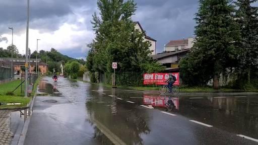 Aarau: Weihermattstrasse auf der Höhe Tennisplatz unter Wasser +++ Heftige Gewitter in der Region Aarau - Olten +++