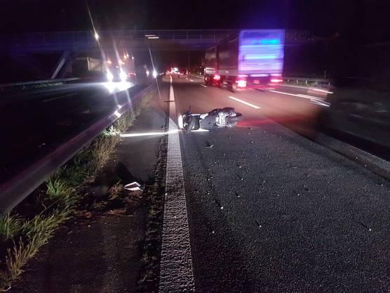 Schafisheim AG, 11. September: Am frühen Morgen kollidierte eine Autofahrerin (22) beim Spurwechsel auf der Autobahn A1, Richtung Zürich, mit einem korrekt fahrenden Motorradfahrer. Dieser stürzte und wurde verletzt ins Spital gebracht.