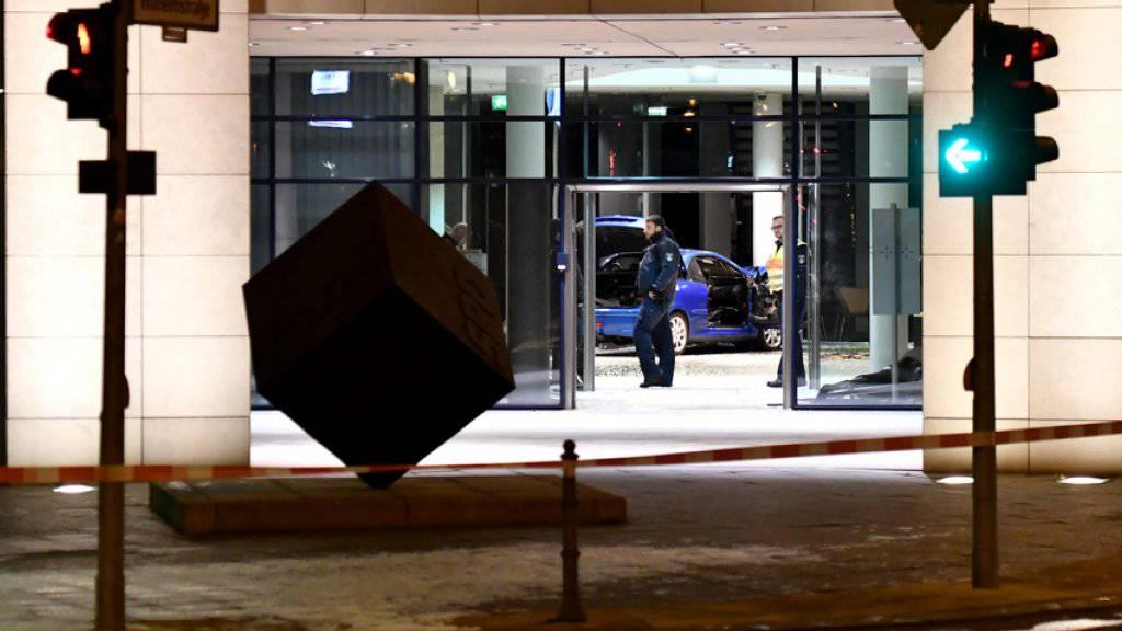 Ein Mann ist bei einem mutmasslichen Suizidversuch mit seinem Auto in die SPD-Parteizentrale in Berlin gerast. Der Mann durchbrach mit seinem Peugeot die Scheiben im Eingangsbereich des Willy-Brandt-Hauses.