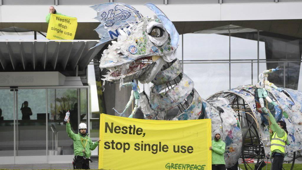 Greenpeace protestiert mit einem Plastik-Drachen bei Nestlé gegen Einwegplastik.