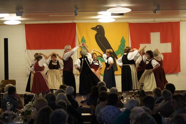 Gesamtfoto Kinder und Erwachsene zum Beginn, Kinder- Trachtengruppe Dulliken und Umgebung,, Singgruppe der Trachtengruppe Dulliken/Olten, Tanzgruppe der Trachtengruppe Dulliken unterstützt von der TG Olten
