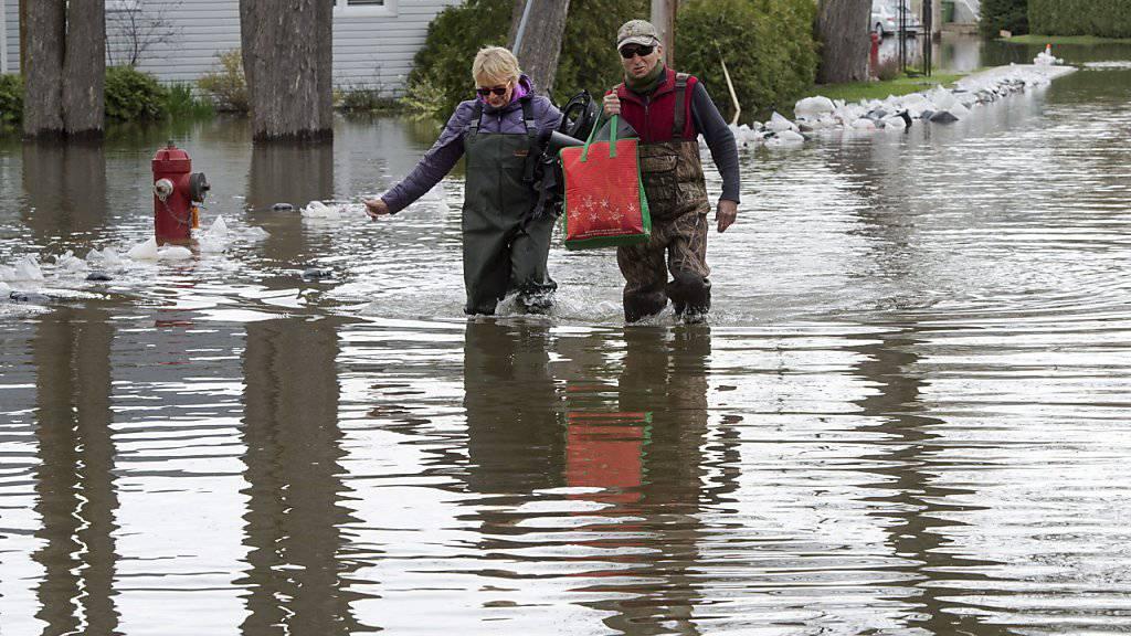 Der Gang durchs Quartier Deux-Montagnes bei Quebec gleicht nach den heftigen Regenfällen einer Flusswanderung.