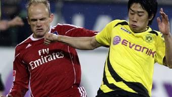 Dortmunds 1:0-Torschütze Kagawa (rechts) setzt sich gegen Jarolim durch