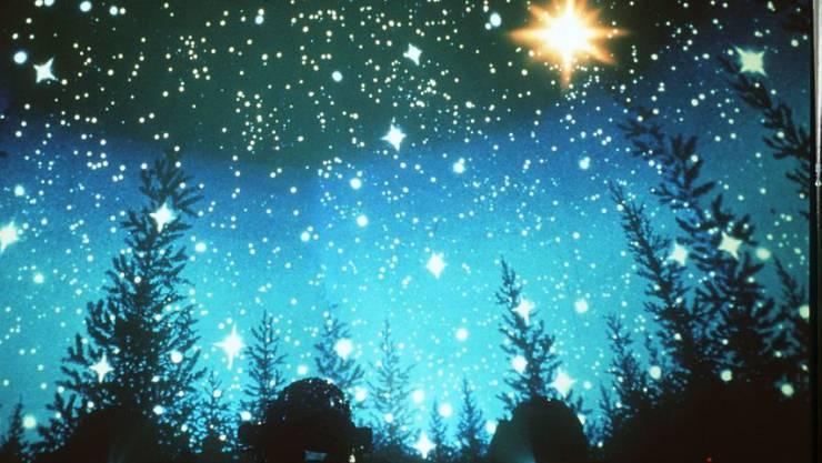Der Stern von Bethlehem im Planetarium München. Dass er keinen Schweif hat, ist wissenschaftlich korrekt, denn es war definitiv kein Komet. Möglich ist eine Konjunktion von Jupiter und Saturn. Nahe beieinander hätten sie ausgesehen wie ein einziger, sehr heller Stern. (Archivbild)