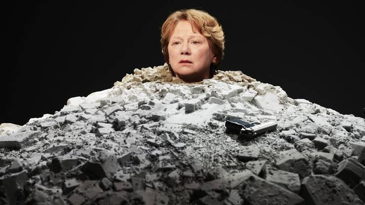 """Szene aus Samuel Beckets """"Glückliche Tage"""" in der Inszenierung von Werner Düggelin im Jahr 2015 am Schauspielhaus Zürich."""