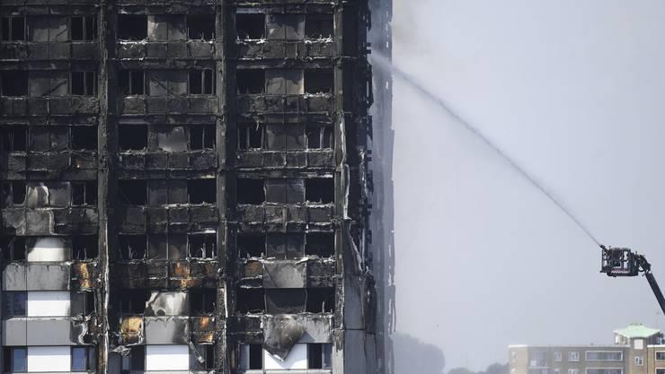 Einen Tag nach dem verheerenden Grossbrand in einem Londoner Wohnblock ist die Brandursache noch immer nicht geklärt.