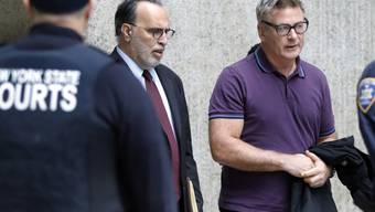 US-Schauspieler Alec Baldwin - hier nach dem ersten Gerichtstermin im November 2018 - muss nach einem Parkplatzstreit im vergangenen Herbst erneut vor den Richter.