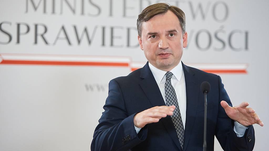 Polens Justizminister Zbigniew Ziobro spricht auf einer Pressekonferenz.