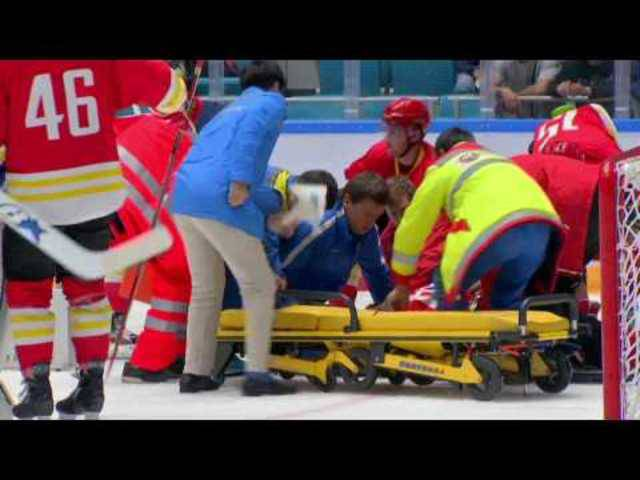 Eishockey-Spieler Damir Ryspayev rastet komplett aus