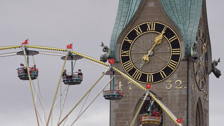 Mit der Kirchenuhr auf Augenhöhe: Festbesucher auf dem Riesenrad vor dem Fraumünster.