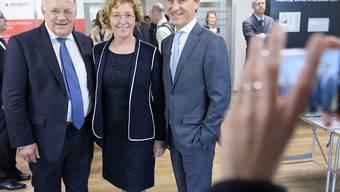 Bundesrat Johann Schneider-Ammann, Muriel Pénicaud und Jean-Pascal Bobst am Donnerstagvormittag beim Rundgang durch das Unternehmen in Mex VD.