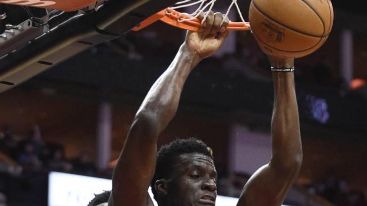 """Clint Capela bei einem erfolgreichen """"Dunk"""" gegen Washington - 78 Punkte verbuchten die Houston Rockets diesmal aber mit Dreipunktewürfen"""