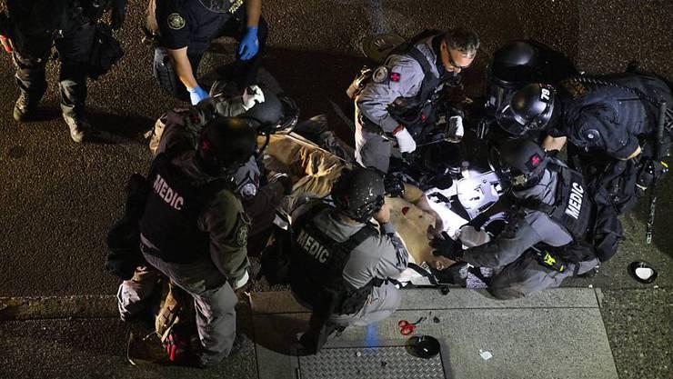 Ein Mann wird von Sanitätern behandelt, nachdem er erschossen wurde. Am 29.08.2020 brachen in der Innenstadt von Portland Kämpfe aus, als ein Autokorso der Anhänger von US-Präsident Donald Trump durch die Stadt fuhr und mit Gegnern zusammenstiess.