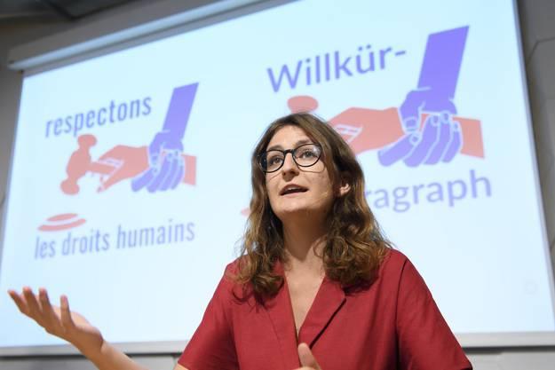 Julia Küng, Co-Präsidentin der Junge Grünen, spricht an der Medienkonferenz des Referendumskomitees zum Bundesgesetz über die polizeilichen Massnahmen gegen Terroristen.
