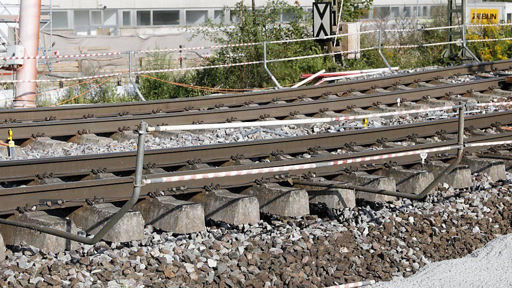 Abgesenkte Gleise im deutschen Rastatt haben eine wichtige Bahnverbindung auf der Nord-Süd-Achse unpassierbar gemacht. Die Bahnstrecke bleibt bis mindestens 26. August gesperrt. EPA/RONALD WITTEK
