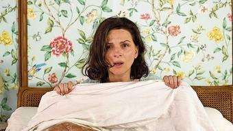 Juliette Binoche (56) versteckt sich als Paulette Van der Beck im Bett. Eine neu aufflackernde Leidenschaft bringt sie gehörig durcheinander.