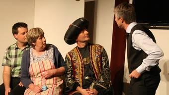 Das Theaterensemble WIWA, hier in einer Szene aus «Hotel zu den zwei Welten», bekam an der Premiere viel Applaus.