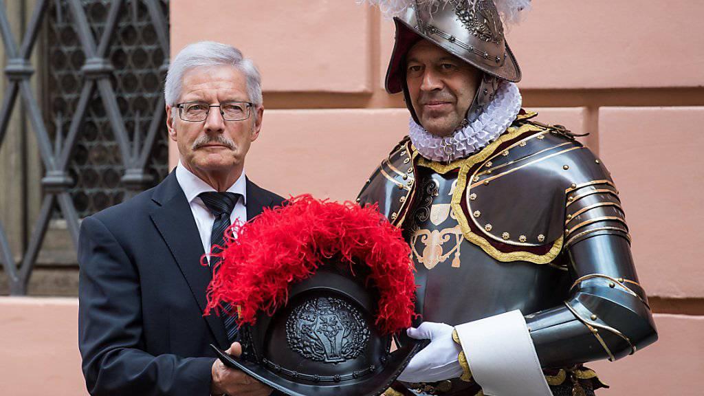 Die neuen Kunststoffhelme tragen auf beiden Seiten das Wappen Papst Julius' II. (1503-1513). Die traditionellen Helme aus Metall tragen die Schweizergardisten weiterhin bei hohen Anlässen. (Archivbild)