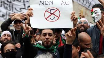 Die Freude über den Verzicht Bouteflikas auf eine 5. Amtszeit waren nur von kurzer Dauer. Jetzt gegen sie erneut auf die Strasse. (Archivbild)