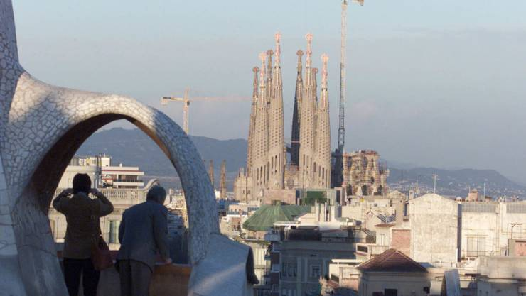 Die wohl grösste bisher unbewilligte Baustelle der Welt wird nach 137 Jahren legalisiert. Architekten, Ingenieure und Bauarbeiter dürfen dank einer offiziellen Baubewilligung nun an der unvollendeten Basilika Sagrada Familia in Barcelona endlich werkeln, ohne das Gesetz zu brechen.