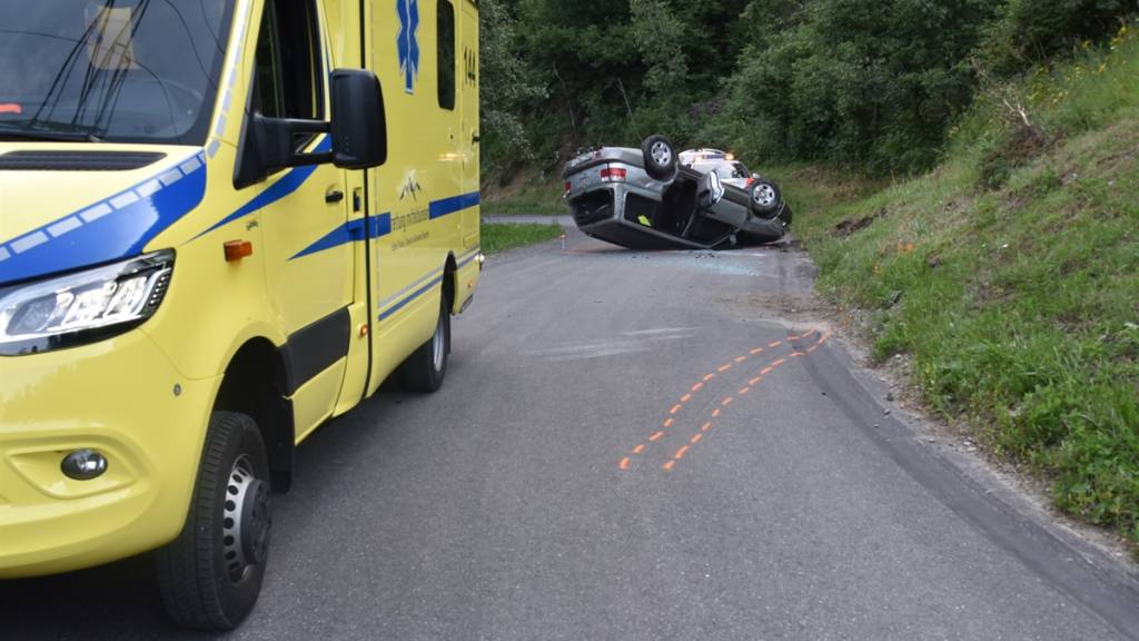 Das  Auto geriet auf eine steile Böschung und kippte aufs Dach. Ein Kleinkind und eine Schwangere mussten zur Kontrolle ins Spital.