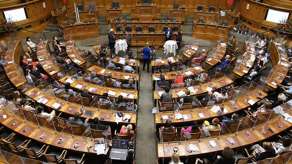 Blick in den Nationalratssaal. Dort beginnt am Montag die Herbstsession mit der Debatte über Kriegsmaterialexporte. (Archivbild)