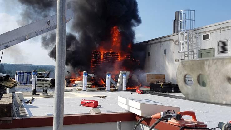 Bei Sanierungsarbeiten auf dem Flachdach des Mediaparks in Aarau brach am Dienstagmorgen ein Brand aus.