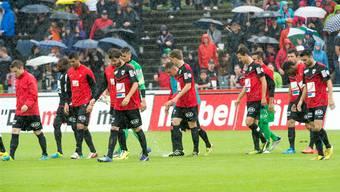 Unverrichteter Dinge ziehen die FCA-Spieler um Captain Sandro Burki (l.) nach nur zweieinhalb Minuten Spielzeit vom verregneten Brügglifeld ab.