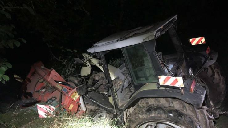 Am Montagabend hat sich im freiburgischen Rechthalten ein Traktor mit Anhänger selbständig gemacht. Er landete in einem Bach.