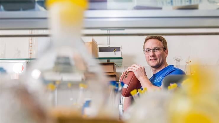 «Viele unterschätzen auch, wie viel Denkarbeit im Footballsport steckt»: Chemiker Manuel Hellstern spielt in seiner Freizeit bei den Gladiators Football.