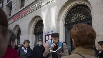 Beim Literaturfestival in Basel werden Texte vielfältig belebt, etwa wenn Franz Hohler zum literarischen Spaziergang lädt. KEYSTONE/Patrick Straub