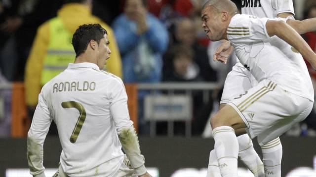 Pepe gratuliert Cristiano Ronaldo zum 41. Saisontor.