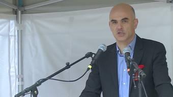 """Vor rund 200 Besuchern spricht Bundesrat Alain Berset über das diesjährige Motto """"Gemeinsam kämpfen für eine starke AHV""""."""