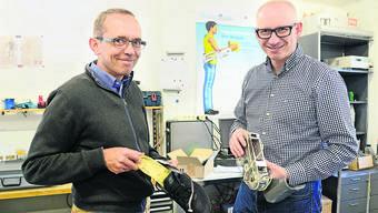 Die Leggings sind momentan in der Reparatur, aber Markus Wirz und Konrad Stadler präsentieren hier Schuhsohlen mit Sensoren aus der Anfangsphase.