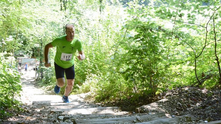 Einen Vorteil haben die Teilnehmer des 1000er-Stägli-Laufs: Auf den 1150 Stufen sind sie zumeist im Schatten unterwegs wie hier Amadeu Pereiro, der im Vorjahr rund 10 Minuten brauchte bis ins Ziel.