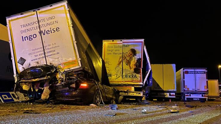 Erste Ermittlungen der Kantonspolizei Aargau deuten darauf hin, dass der 22-Jährige in suizidaler Absicht gegen die Lastwagen gefahren war.