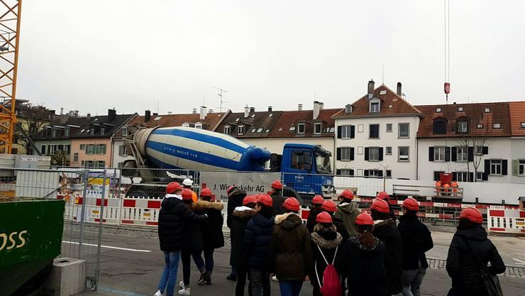 Die Josef Wiederkehr Bauunternehmung AG lud Jugendliche der Oberstufenschule Spreitenbach zu einem Besuchstag. 16 Schülerinnen und Schüler sowie 2 Lehrpersonen besuchten die Baustelle Zürich Hornbach
