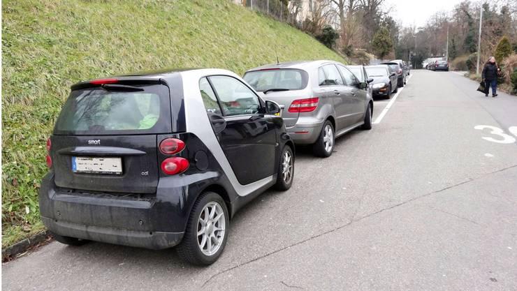 Wild parkierte Autos an der Rheinbrückstrasse in Stein. Das Parkierungsreglement soll Abhilfe schaffen. CHR