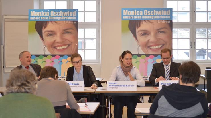 Das Komitee Starke Schule Baselland mit Jürg Wiedemann (l.) und Saskia Olsson (2.v.l.) startete Ende 2014 eine grosse Plakatkampagne für die Wahl Monica Gschwinds in den Regierungsrat – und das mit Erfolg. (Archiv)